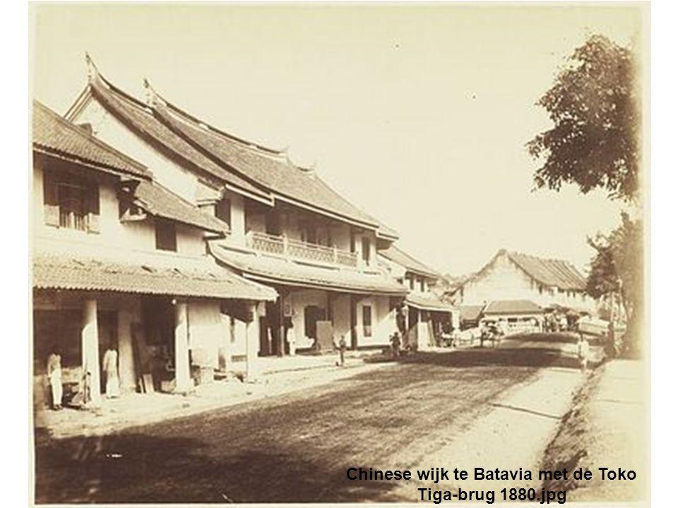 Chinese wijk te Batavia met de Toko Tiga-brug 1880.jpg