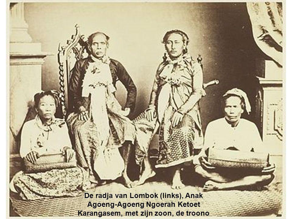 De radja van Lombok (links), Anak Agoeng-Agoeng Ngoerah Ketoet Karangasem, met zijn zoon, de troono