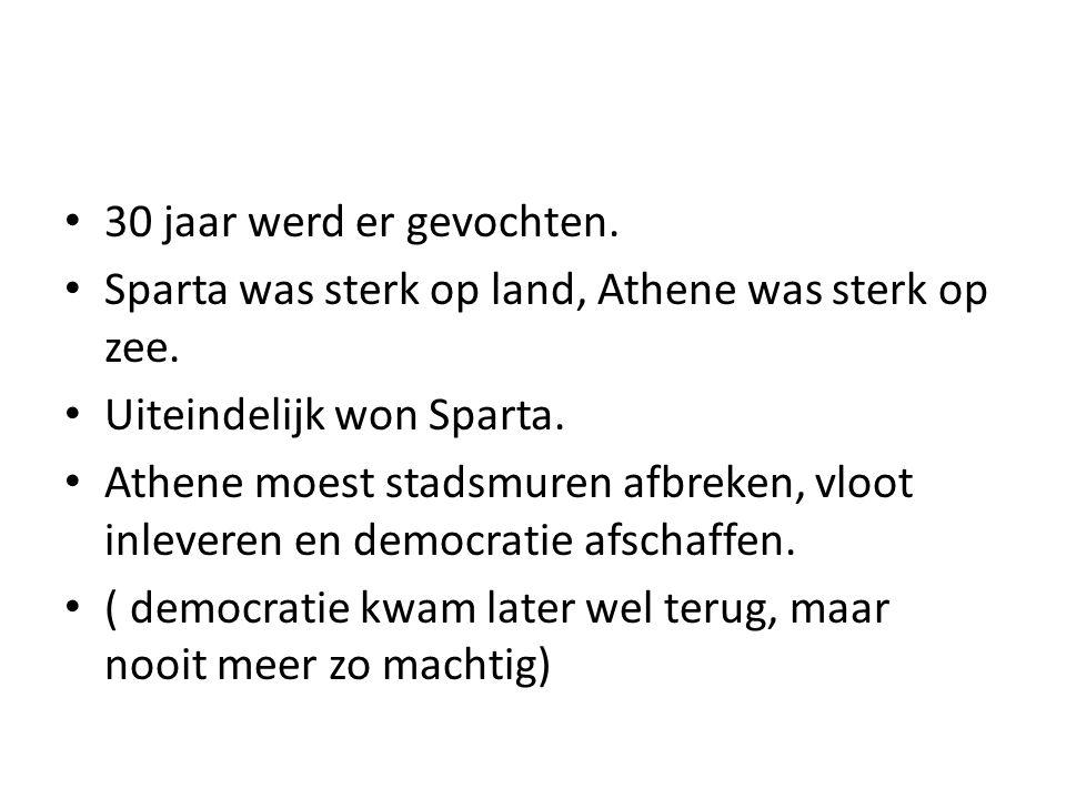 30 jaar werd er gevochten. Sparta was sterk op land, Athene was sterk op zee. Uiteindelijk won Sparta.