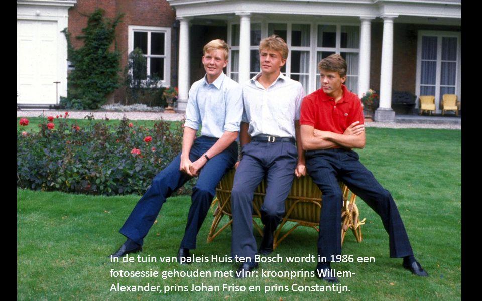 In de tuin van paleis Huis ten Bosch wordt in 1986 een fotosessie gehouden met vlnr: kroonprins Willem-Alexander, prins Johan Friso en prins Constantijn.
