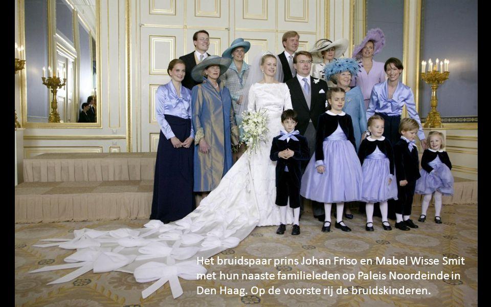Het bruidspaar prins Johan Friso en Mabel Wisse Smit met hun naaste familieleden op Paleis Noordeinde in Den Haag.