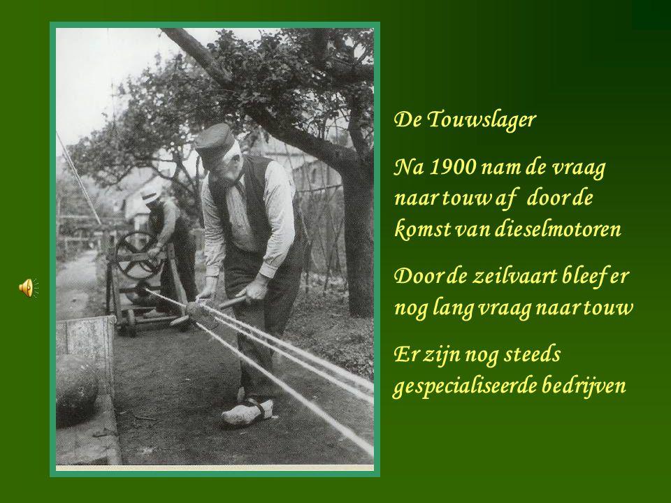 De Touwslager Na 1900 nam de vraag naar touw af door de komst van dieselmotoren. Door de zeilvaart bleef er nog lang vraag naar touw.