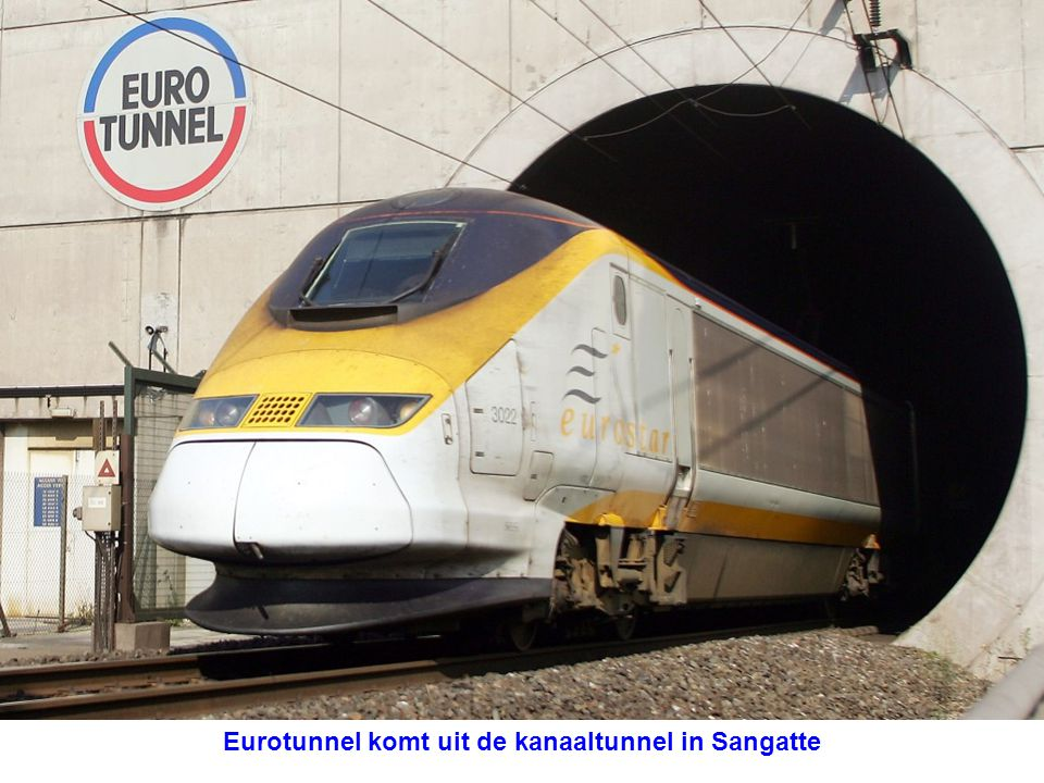 Eurotunnel komt uit de kanaaltunnel in Sangatte
