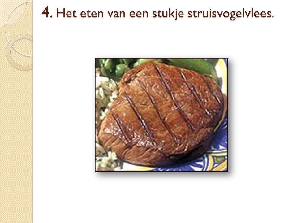4. Het eten van een stukje struisvogelvlees.