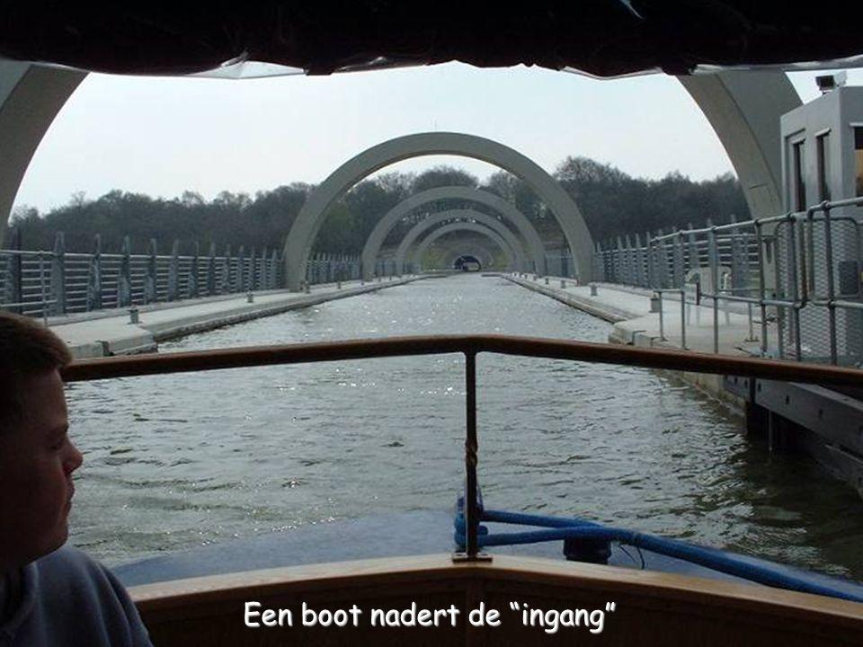 Een boot nadert de ingang
