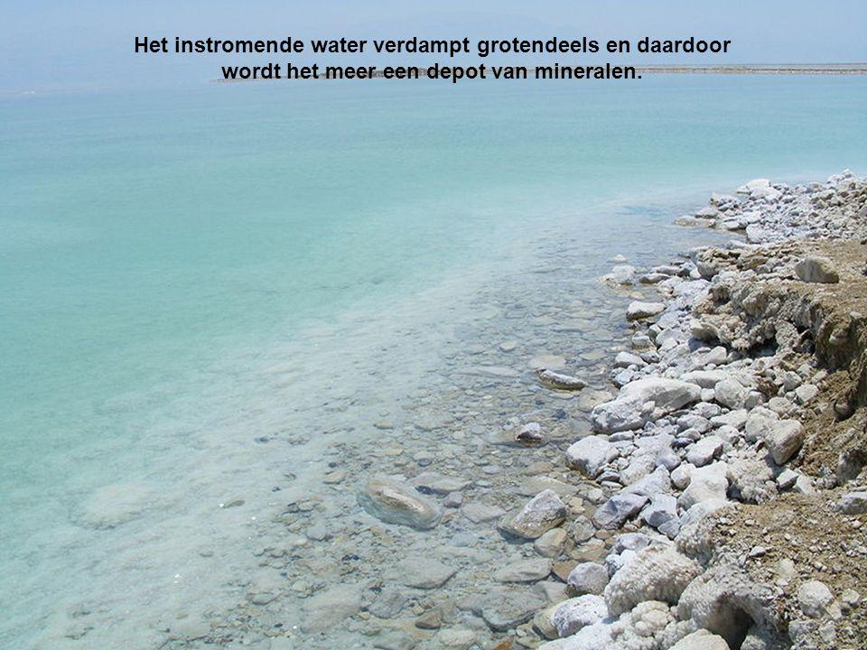 Het instromende water verdampt grotendeels en daardoor