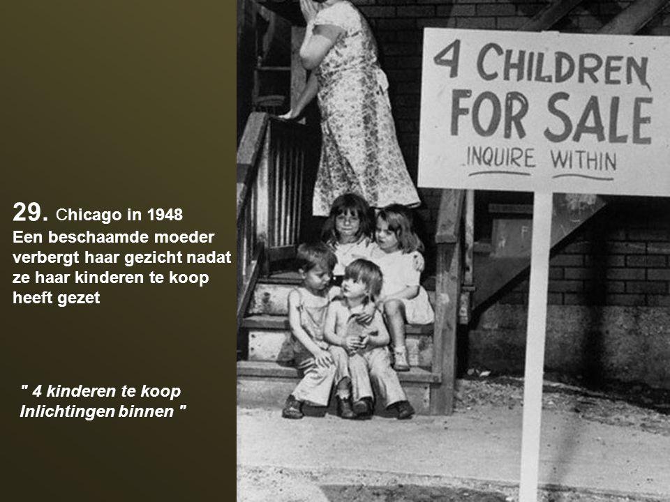 29. Chicago in 1948 Een beschaamde moeder verbergt haar gezicht nadat