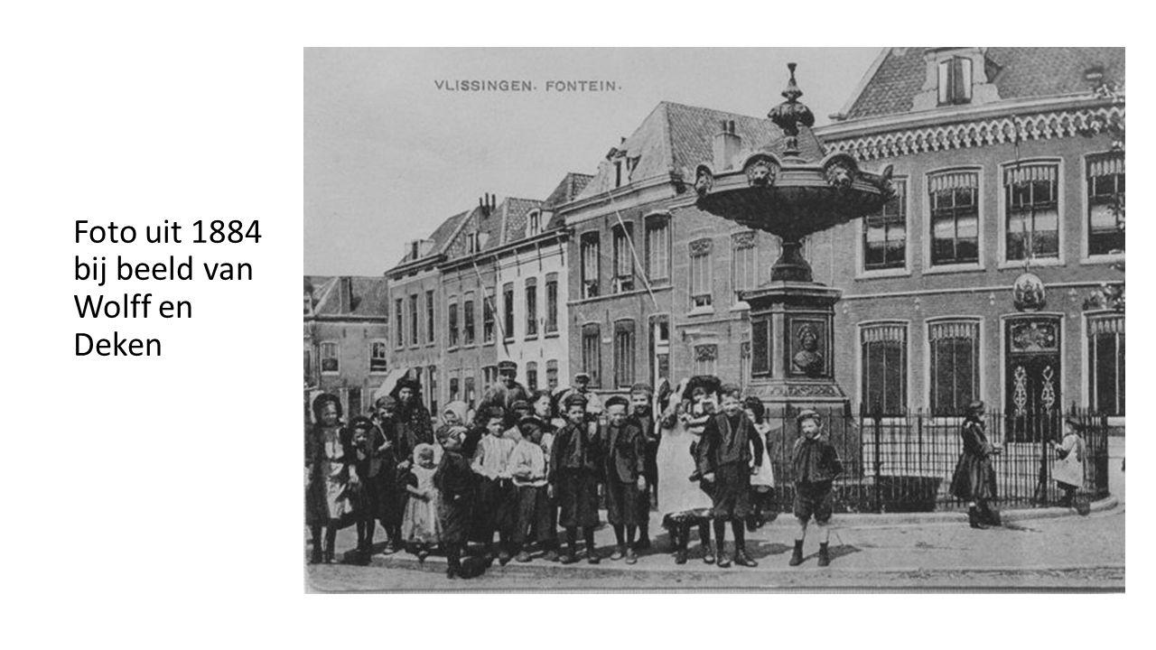 Foto uit 1884 bij beeld van Wolff en Deken