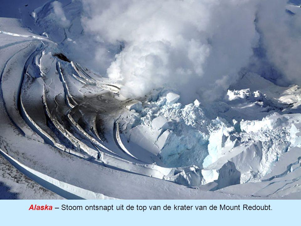 Alaska – Stoom ontsnapt uit de top van de krater van de Mount Redoubt.