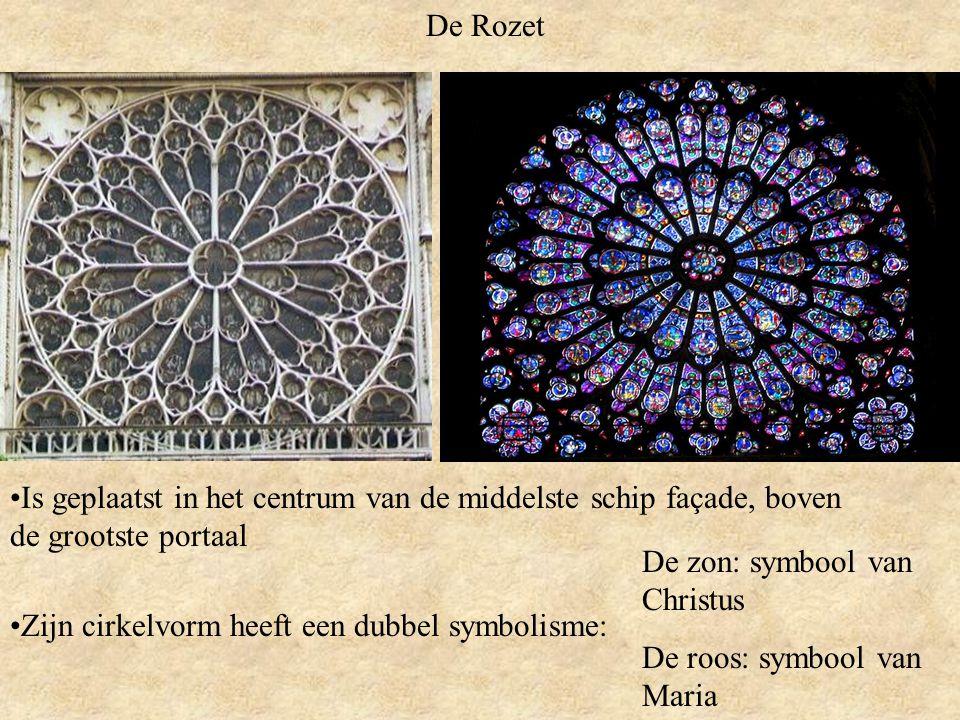 De Rozet Is geplaatst in het centrum van de middelste schip façade, boven de grootste portaal. De zon: symbool van Christus.