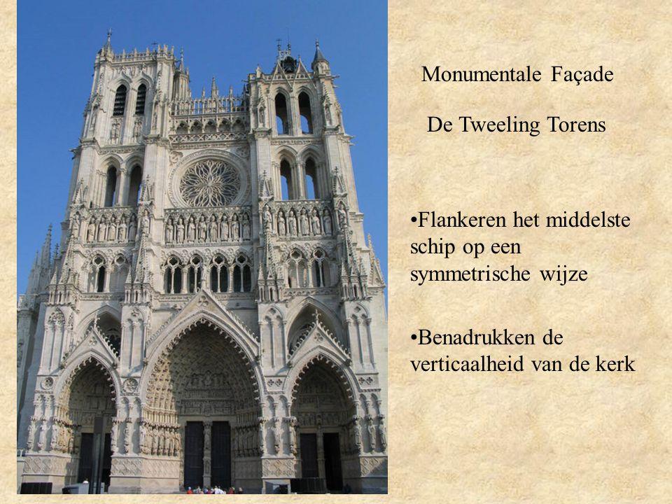 Monumentale Façade De Tweeling Torens. Flankeren het middelste schip op een symmetrische wijze.