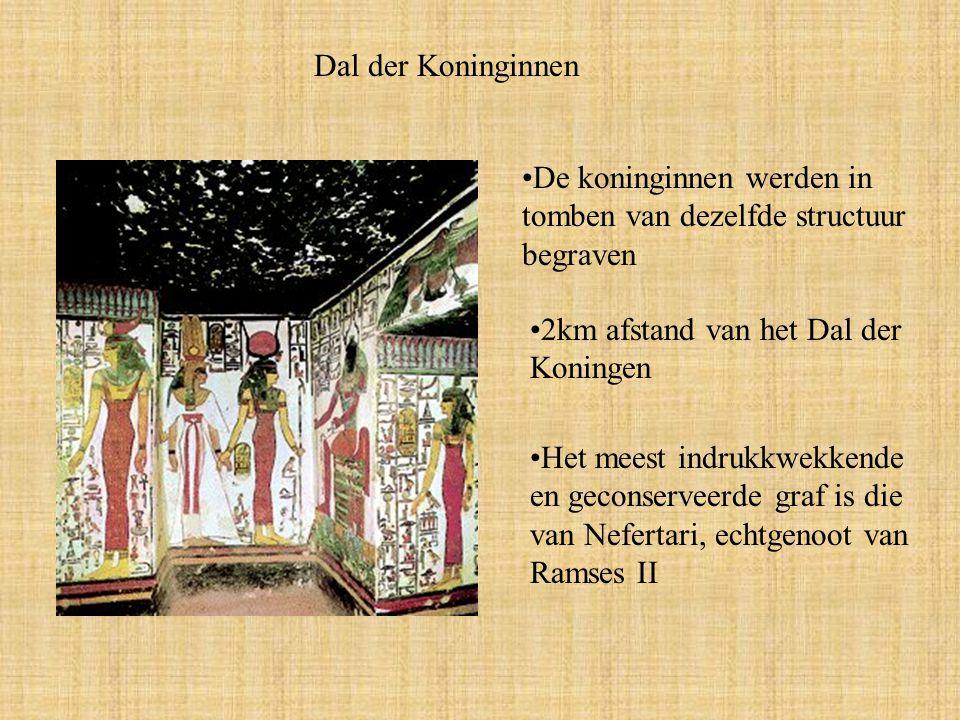 Dal der Koninginnen De koninginnen werden in tomben van dezelfde structuur begraven. 2km afstand van het Dal der Koningen.