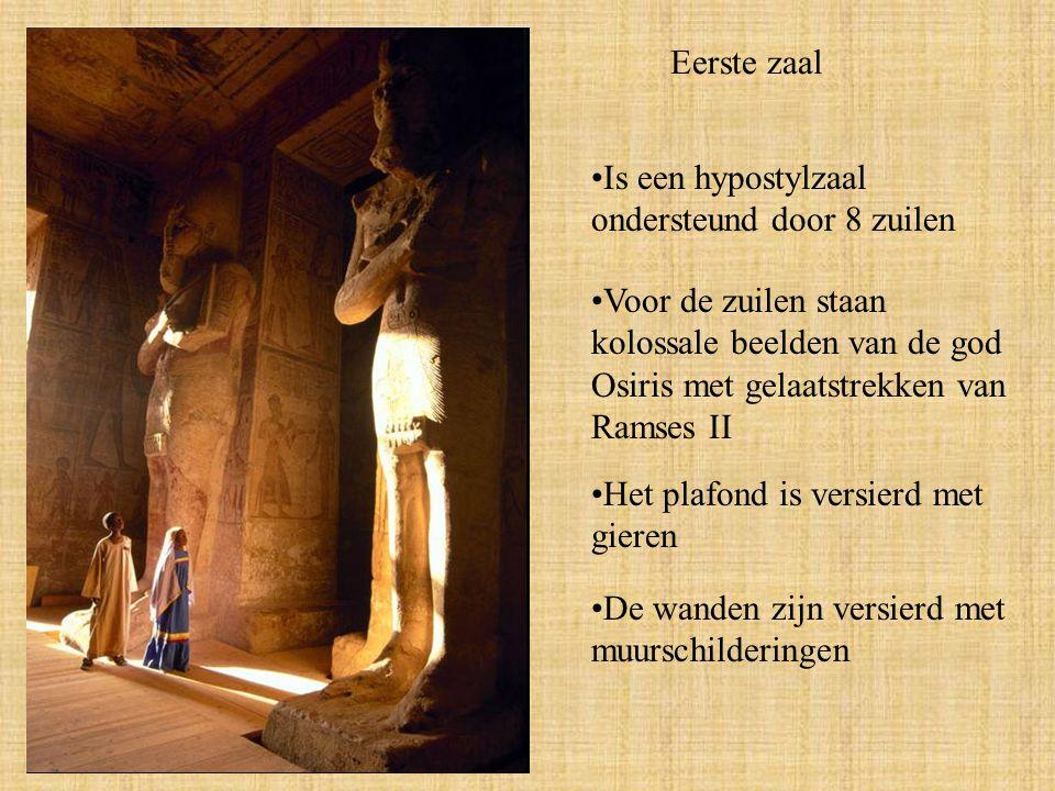 Eerste zaal Is een hypostylzaal ondersteund door 8 zuilen. Voor de zuilen staan kolossale beelden van de god Osiris met gelaatstrekken van Ramses II.