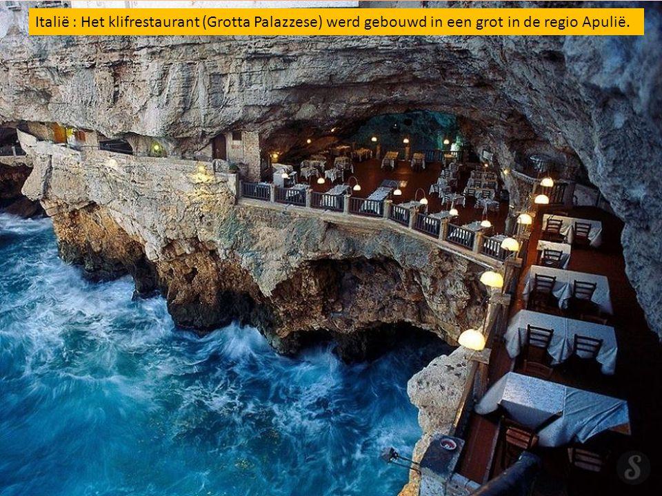 Italië : Het klifrestaurant (Grotta Palazzese) werd gebouwd in een grot in de regio Apulië.