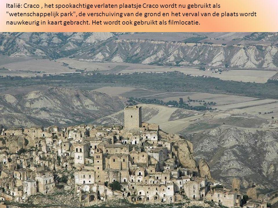 Italië: Craco , het spookachtige verlaten plaatsje Craco wordt nu gebruikt als wetenschappelijk park , de verschuiving van de grond en het verval van de plaats wordt nauwkeurig in kaart gebracht.