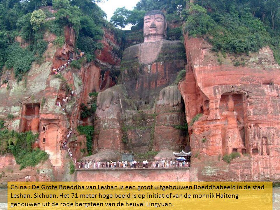 China : De Grote Boeddha van Leshan is een groot uitgehouwen Boeddhabeeld in de stad Leshan, Sichuan.