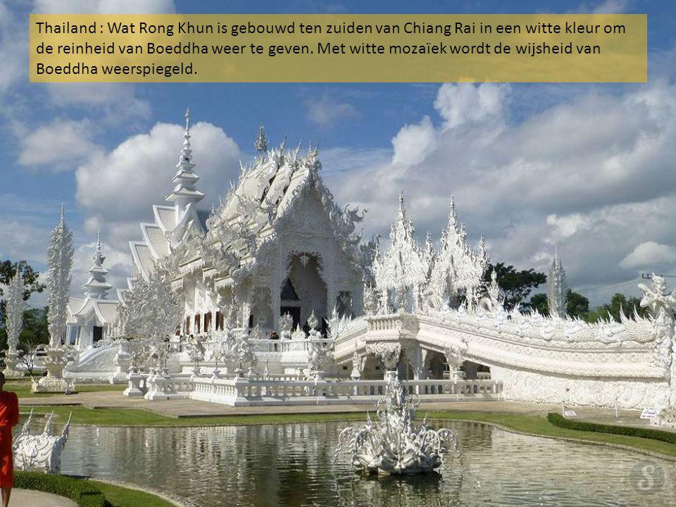 Thailand : Wat Rong Khun is gebouwd ten zuiden van Chiang Rai in een witte kleur om de reinheid van Boeddha weer te geven.