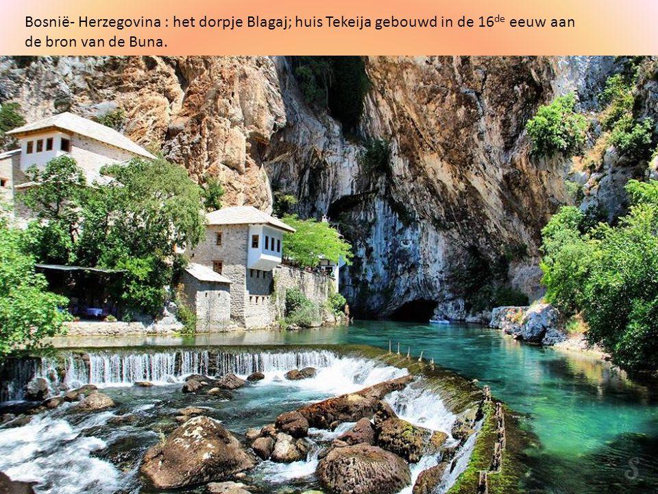 Bosnië- Herzegovina : het dorpje Blagaj; huis Tekeija gebouwd in de 16de eeuw aan de bron van de Buna.