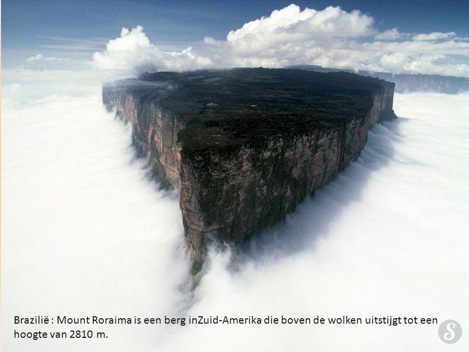 Brazilië : Mount Roraima is een berg inZuid-Amerika die boven de wolken uitstijgt tot een hoogte van 2810 m.