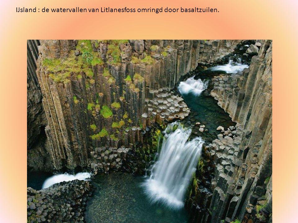 IJsland : de watervallen van Litlanesfoss omringd door basaltzuilen.