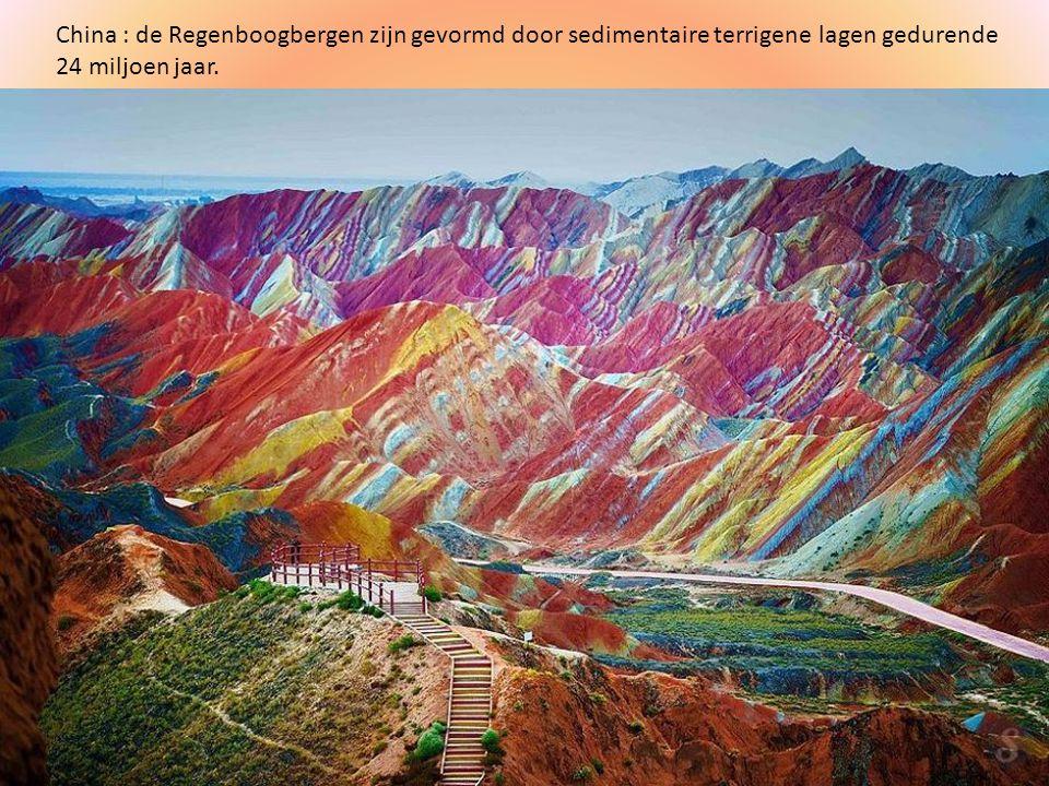 China : de Regenboogbergen zijn gevormd door sedimentaire terrigene lagen gedurende 24 miljoen jaar.
