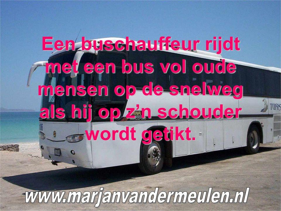 Een buschauffeur rijdt met een bus vol oude mensen op de snelweg als hij op z'n schouder wordt getikt.