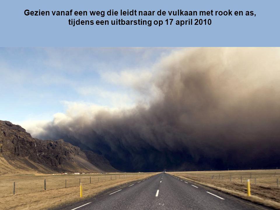 Gezien vanaf een weg die leidt naar de vulkaan met rook en as,