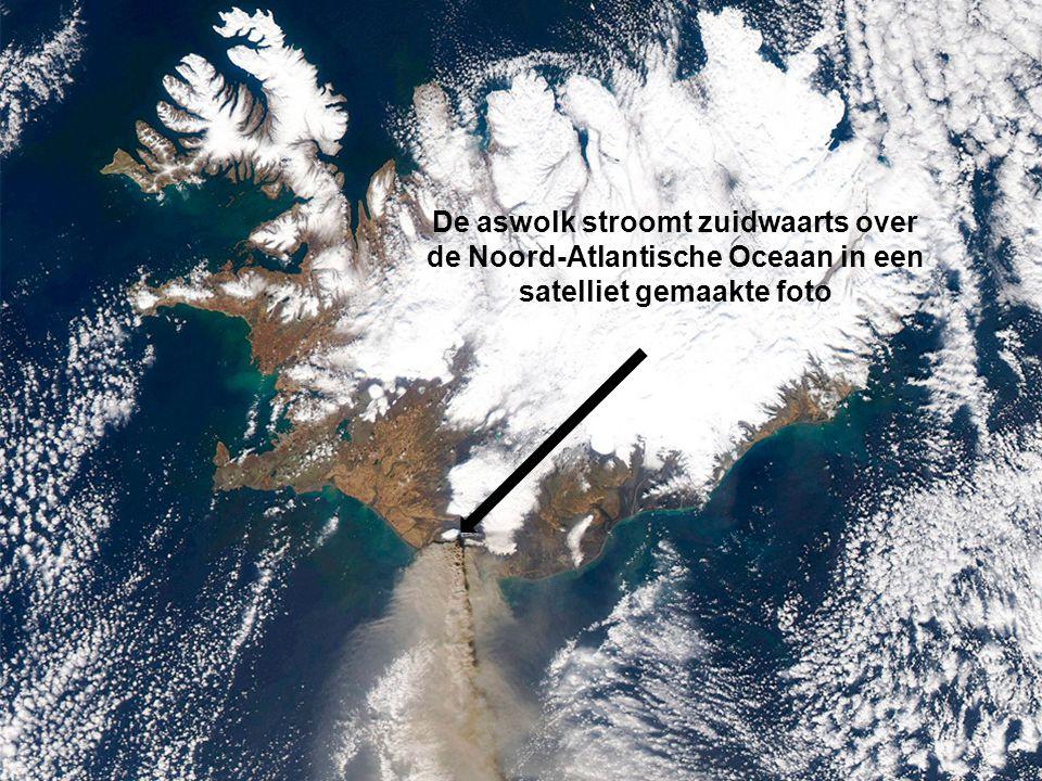 De aswolk stroomt zuidwaarts over de Noord-Atlantische Oceaan in een satelliet gemaakte foto