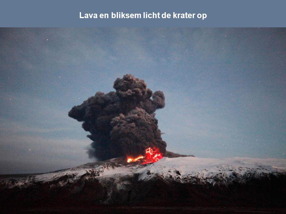 Lava en bliksem licht de krater op