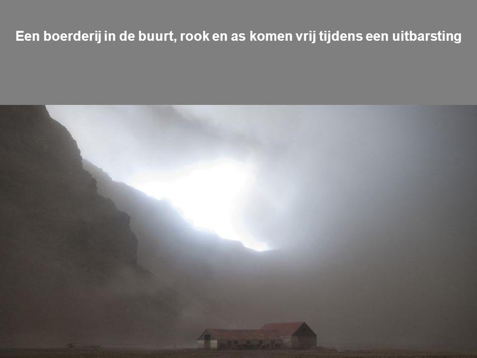 Een boerderij in de buurt, rook en as komen vrij tijdens een uitbarsting