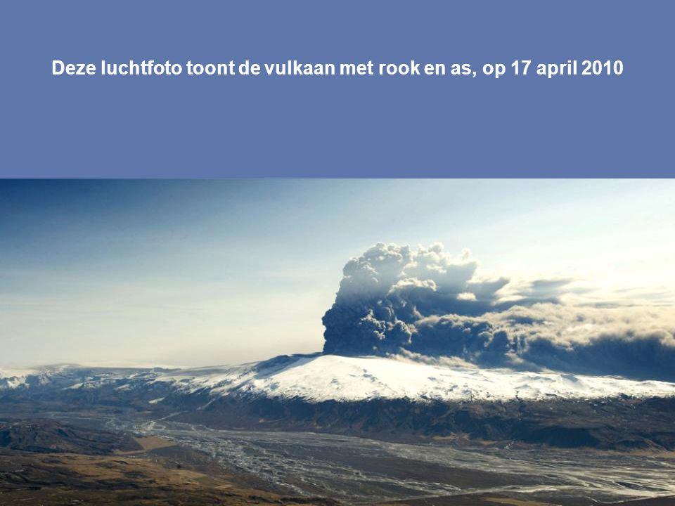 Deze luchtfoto toont de vulkaan met rook en as, op 17 april 2010