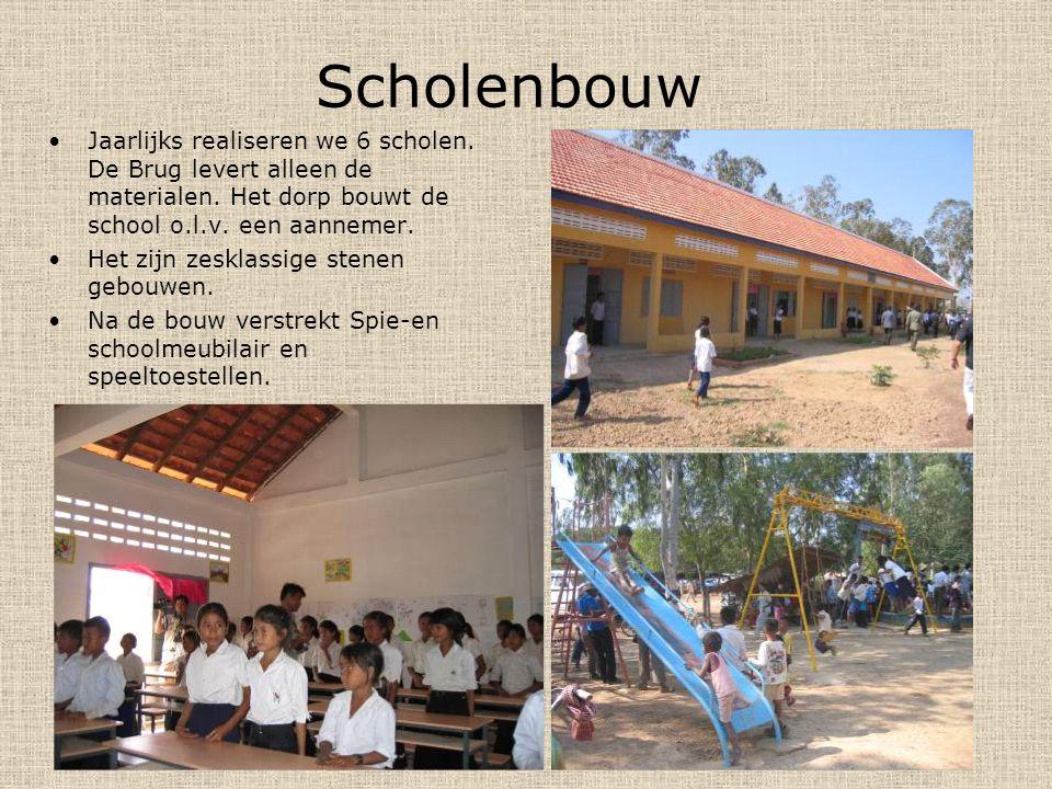 Scholenbouw Jaarlijks realiseren we 6 scholen. De Brug levert alleen de materialen. Het dorp bouwt de school o.l.v. een aannemer.