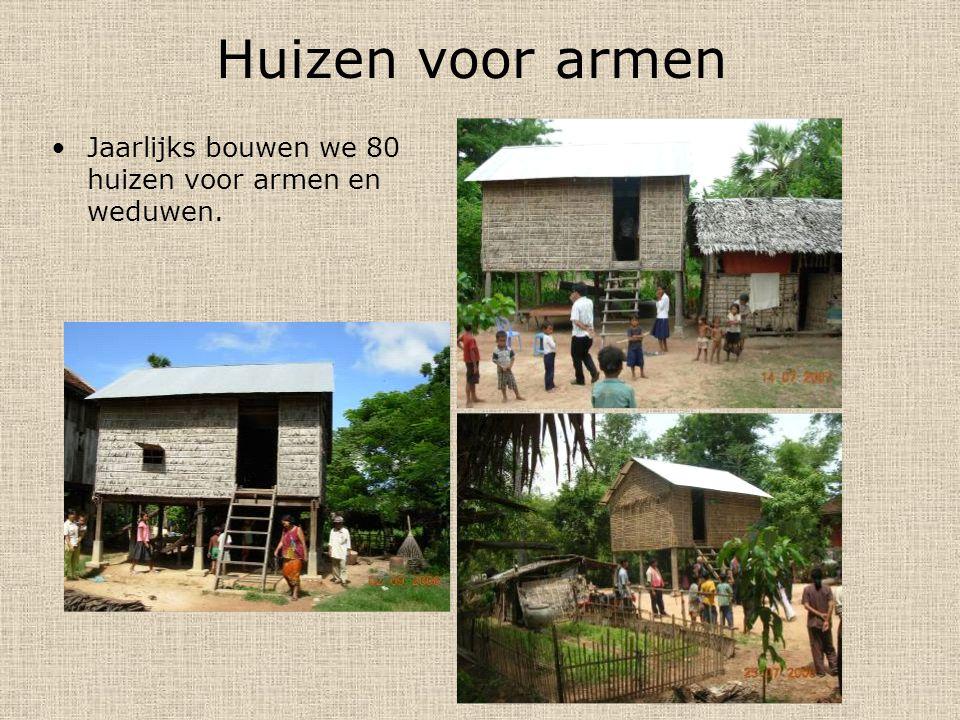 Huizen voor armen Jaarlijks bouwen we 80 huizen voor armen en weduwen.