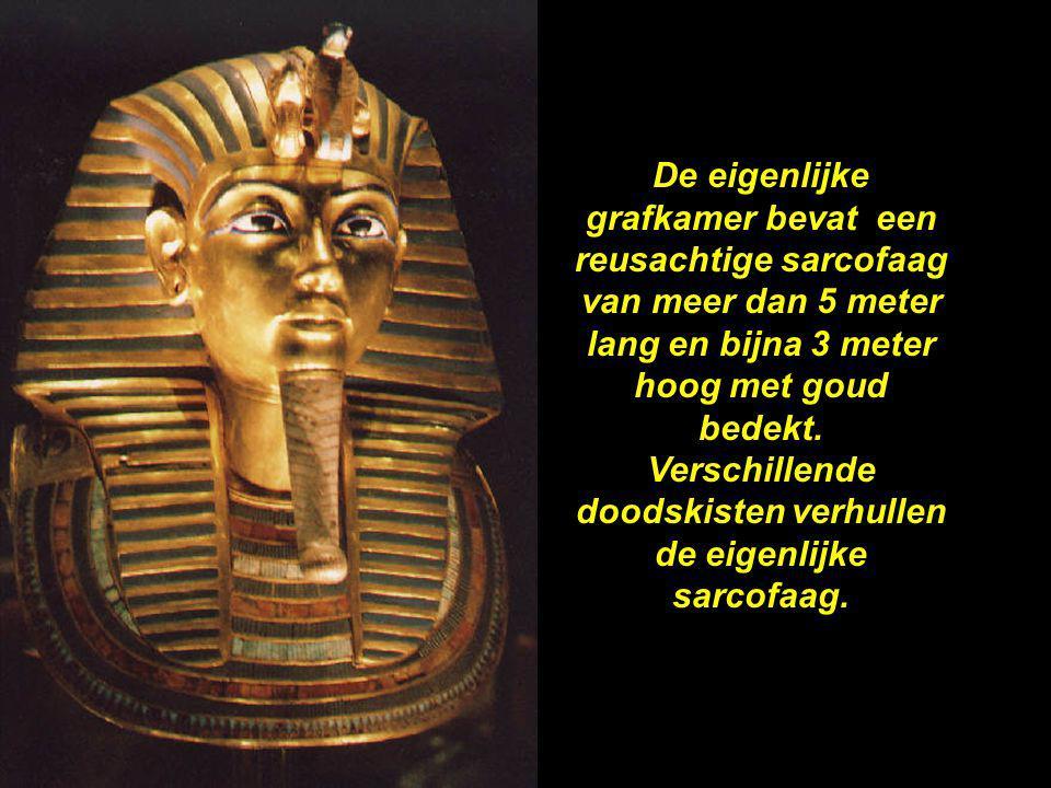 Verschillende doodskisten verhullen de eigenlijke sarcofaag.