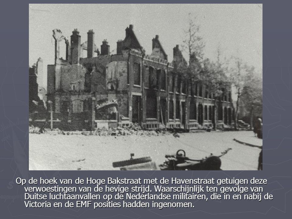 Op de hoek van de Hoge Bakstraat met de Havenstraat getuigen deze verwoestingen van de hevige strijd.
