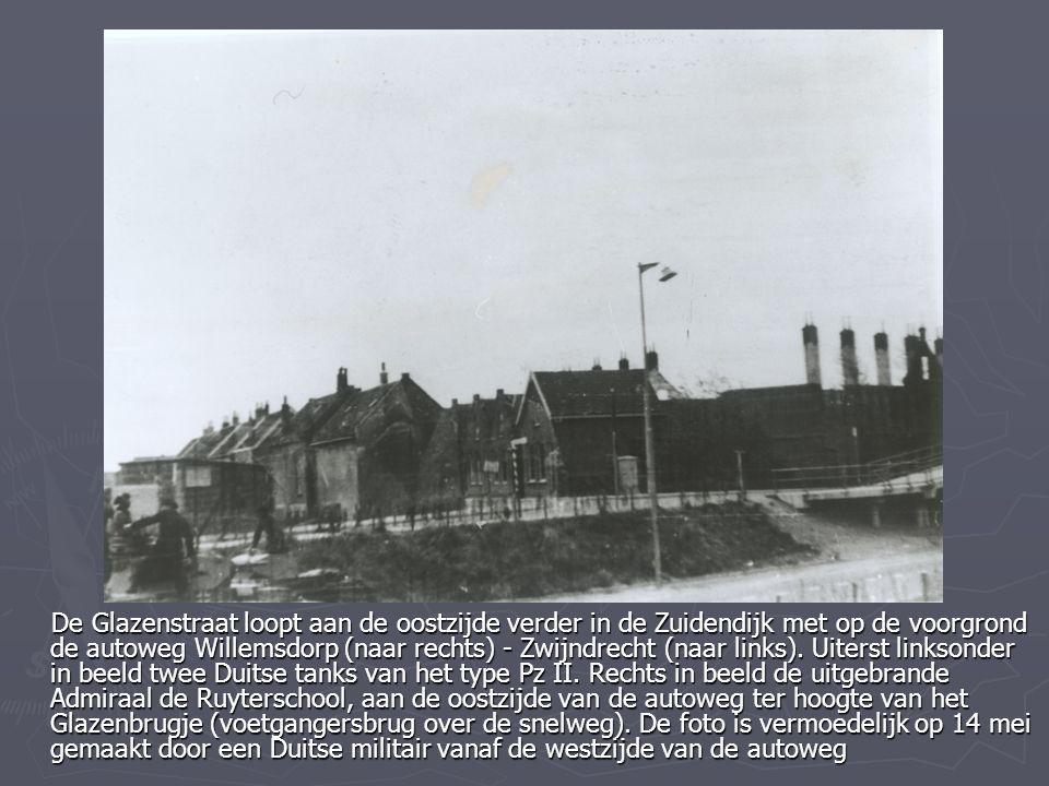 De Glazenstraat loopt aan de oostzijde verder in de Zuidendijk met op de voorgrond de autoweg Willemsdorp (naar rechts) - Zwijndrecht (naar links).