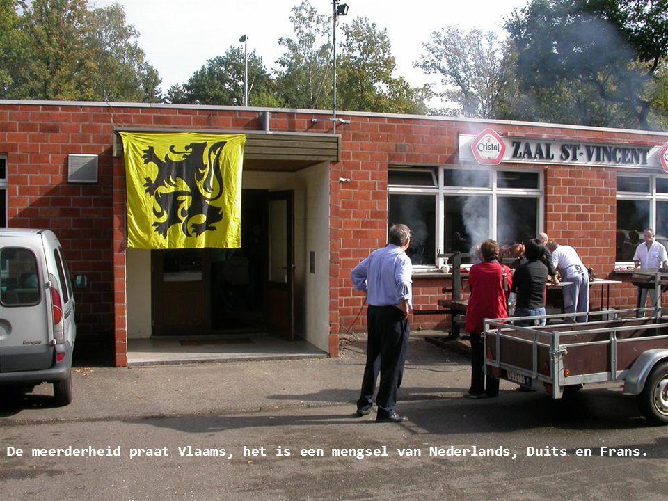 De meerderheid praat Vlaams, het is een mengsel van Nederlands, Duits en Frans.