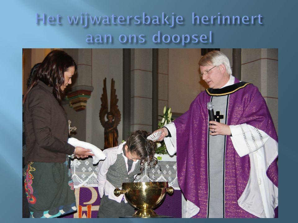 Het wijwatersbakje herinnert aan ons doopsel