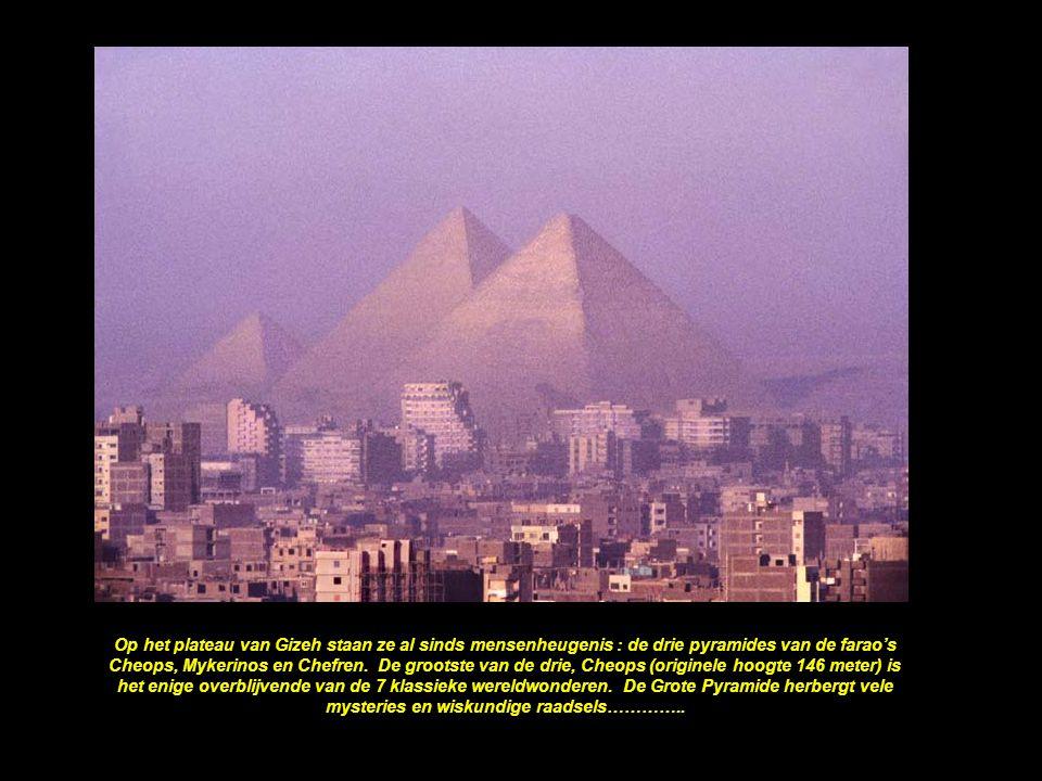 Op het plateau van Gizeh staan ze al sinds mensenheugenis : de drie pyramides van de farao's Cheops, Mykerinos en Chefren.
