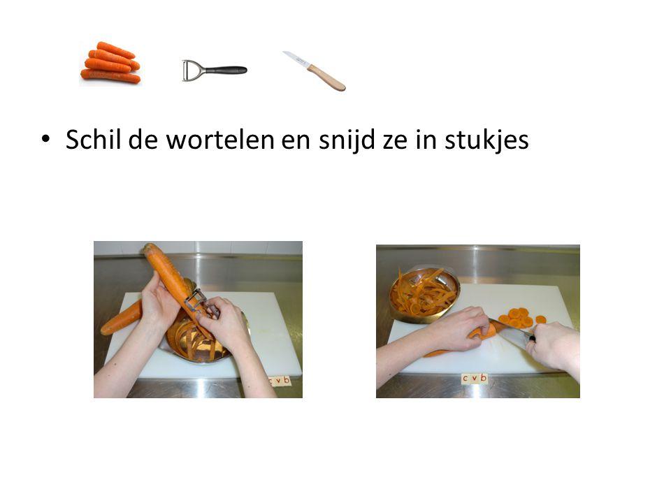 Schil de wortelen en snijd ze in stukjes