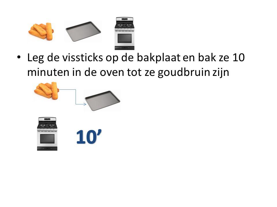 Leg de vissticks op de bakplaat en bak ze 10 minuten in de oven tot ze goudbruin zijn
