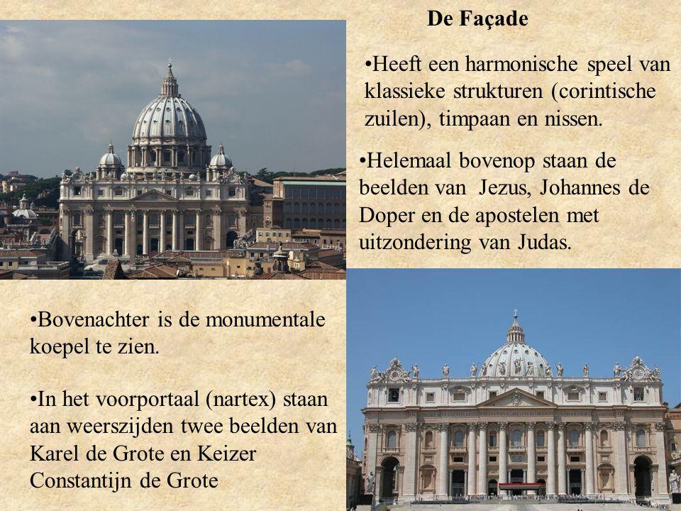 De Façade Heeft een harmonische speel van klassieke strukturen (corintische zuilen), timpaan en nissen.