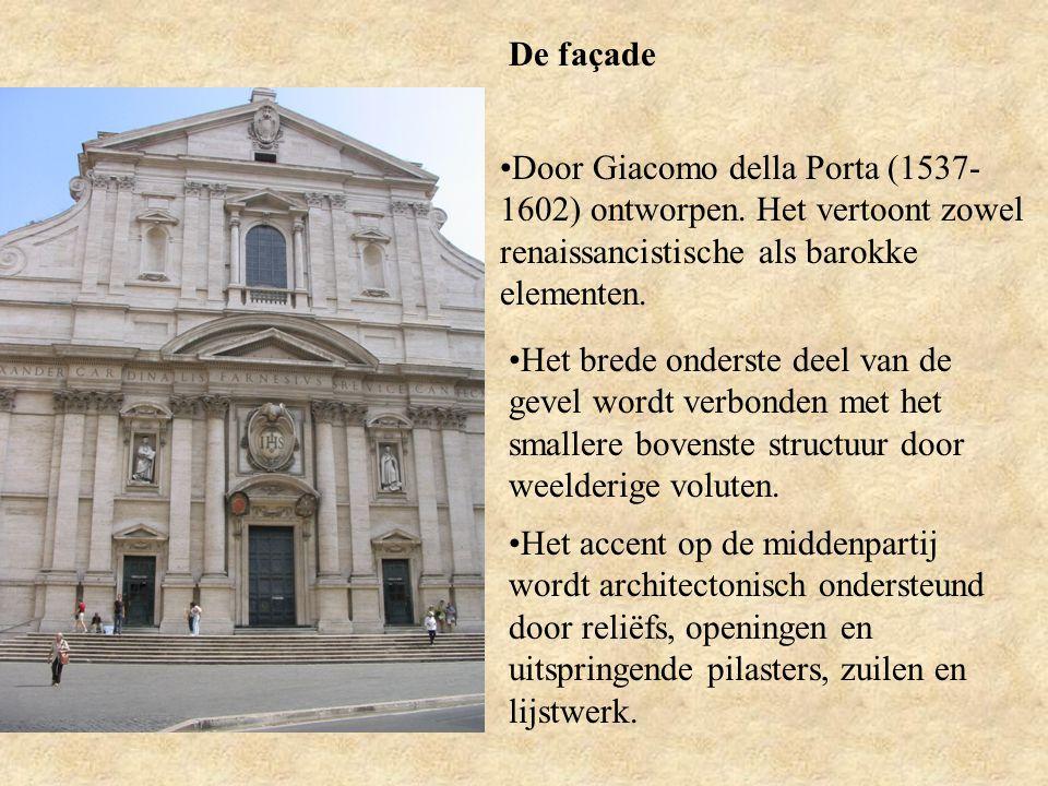 De façade Door Giacomo della Porta (1537-1602) ontworpen. Het vertoont zowel renaissancistische als barokke elementen.