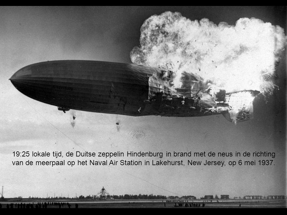 19:25 lokale tijd, de Duitse zeppelin Hindenburg in brand met de neus in de richting van de meerpaal op het Naval Air Station in Lakehurst, New Jersey, op 6 mei 1937.