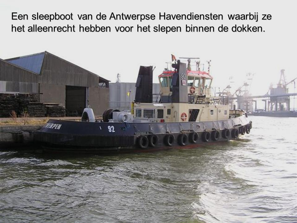 Een sleepboot van de Antwerpse Havendiensten waarbij ze het alleenrecht hebben voor het slepen binnen de dokken.