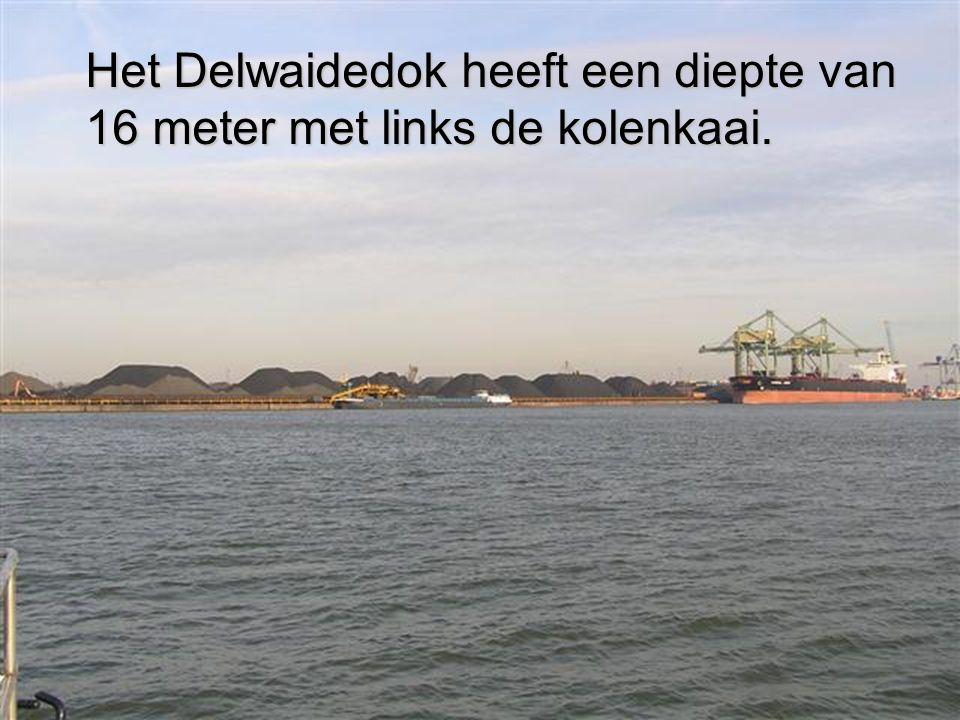 Het Delwaidedok heeft een diepte van 16 meter met links de kolenkaai.