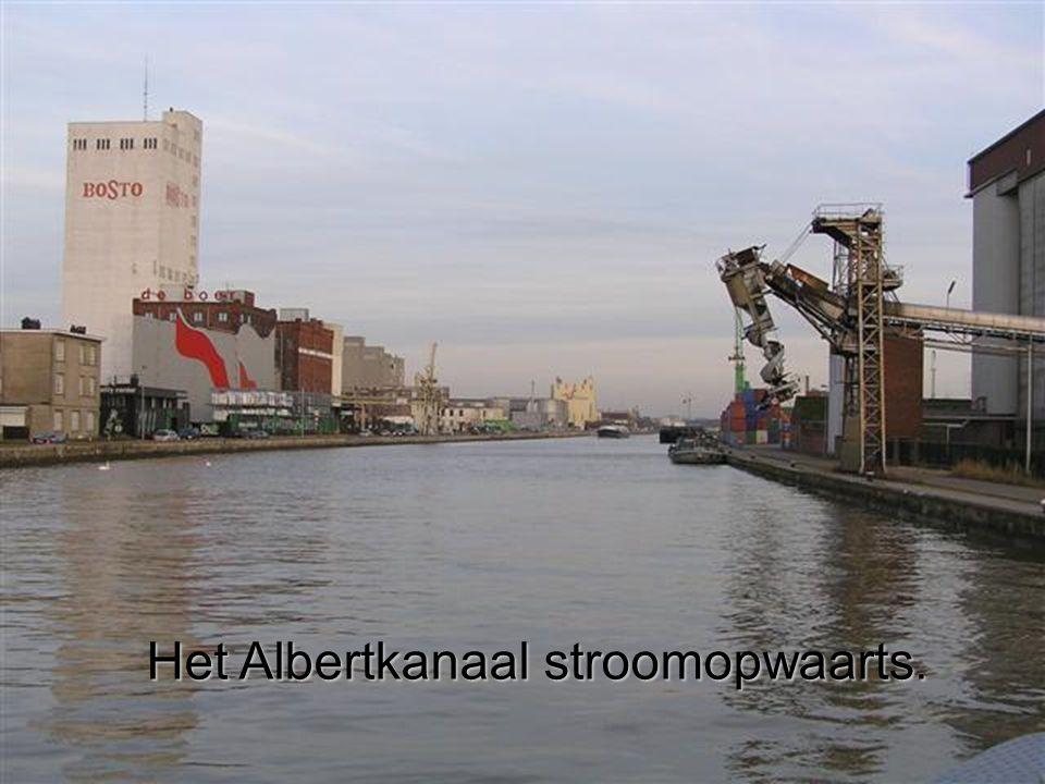 Het Albertkanaal stroomopwaarts.