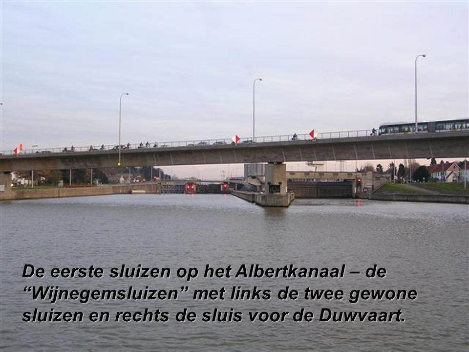 De eerste sluizen op het Albertkanaal – de Wijnegemsluizen met links de twee gewone sluizen en rechts de sluis voor de Duwvaart.