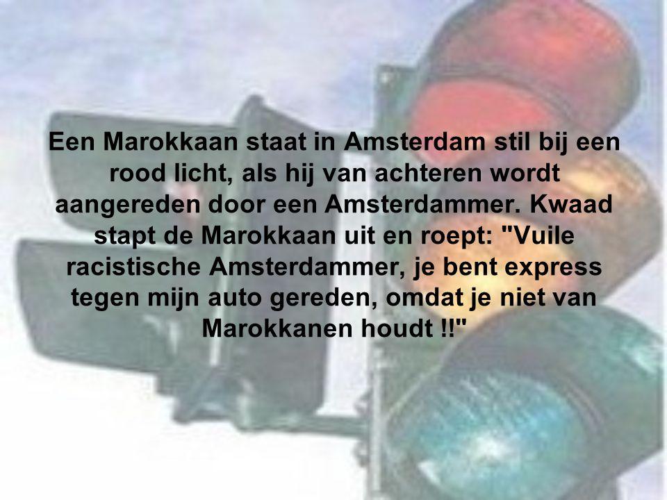Een Marokkaan staat in Amsterdam stil bij een rood licht, als hij van achteren wordt aangereden door een Amsterdammer.