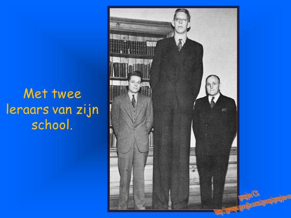 Met twee leraars van zijn school.